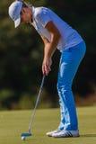 Foco del Putt de la muchacha del golf   Foto de archivo libre de regalías