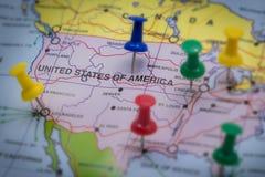 Foco do mapa do mundo e da bandeira em América Fotografia de Stock Royalty Free