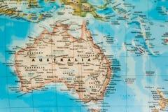 Foco em Austrália no mapa do mundo imagens de stock