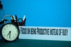 Foco em ser produtivo em vez do planeamento ocupado no fundo da tabela de funcionamento com materiais de escrit?rio fotografia de stock