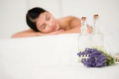 Foco en dos botellas de aceite del masaje Foto de archivo