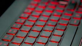 Foco en un teclado del ordenador portátil del juego Los cambios del foco