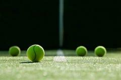 Foco macio da bola de tênis na corte de grama do tênis Imagens de Stock