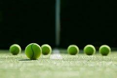 Foco macio da bola de tênis na corte de grama do tênis Imagem de Stock