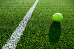 Foco macio da bola de tênis na corte de grama do tênis boa para o backgro Imagens de Stock Royalty Free