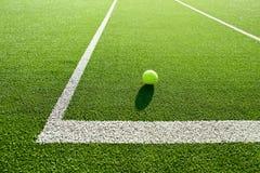 Foco macio da bola de tênis na corte de grama do tênis boa para o backgro Fotografia de Stock