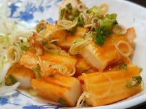 Foco macio da salada da vara do caranguejo polvilhada com o nardo cortado fotos de stock