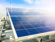 Foco macio dos painéis solares ou das células solares no telhado da fábrica ou terraço com luz do sol, indústria em Tailândia, Ás Fotos de Stock Royalty Free