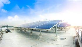 Foco macio dos painéis solares ou das células solares no telhado da fábrica ou terraço com luz do sol, indústria em Tailândia, Ás Fotos de Stock