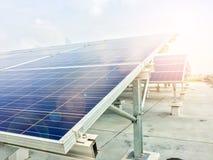 Foco macio dos painéis solares ou das células solares no telhado da fábrica ou terraço com luz do sol, indústria em Tailândia, Ás Imagens de Stock
