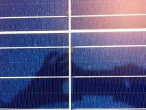 Foco macio dos painéis solares ou das células solares no telhado da fábrica ou terraço com luz do sol, indústria em Tailândia, Ás Imagens de Stock Royalty Free