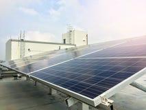 Foco macio dos painéis solares ou das células solares no telhado da fábrica ou terraço com luz do sol, indústria em Tailândia, Ás Foto de Stock Royalty Free