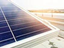 Foco macio dos painéis solares ou das células solares no telhado da fábrica ou terraço com luz do sol, indústria em Tailândia, Ás Fotografia de Stock
