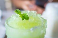 Foco macio Suco fresco da goiaba com gelo no café Imagem de Stock Royalty Free