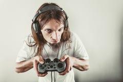 Foco masculino do jogador em jogos do jogo Fotografia de Stock Royalty Free