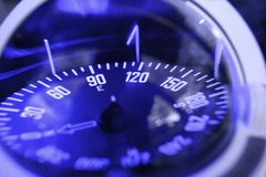 Foco náutico azul do close up do compasso no leste Fotos de Stock Royalty Free