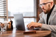 Foco nas mãos Abre a tampa do portátil e da datilografia no teclado, conversando O homem novo mantém um blogue successful imagens de stock