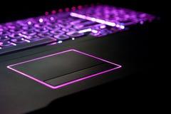 Foco púrpura de la computadora portátil en Touchpad Fotos de archivo libres de regalías