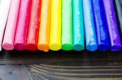 Foco selecionado de uma argila de modelagem colorida no rés do chão de madeira Foto de Stock