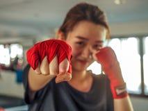 Foco selecionado do roupa de senhora bonito novo uma fita de encaixotamento tailandesa vermelha pronta para perfurar fotos de stock