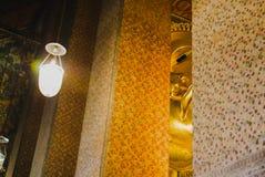 Foco selectivo de la cara de la estatua de oro de descanso de Buda con arquitectura tailandesa del arte en la iglesia Wat Pho Fotografía de archivo