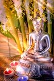 Foco selectivo de la estatua de Buda con el lig ardiente borroso de la vela Fotografía de archivo