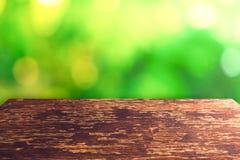 Foco selectivo de la madera vieja vacía en la hoja del verde de la naturaleza de la falta de definición con el bokeh fotografía de archivo