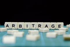 Foco selectivo de la palabra del arbitraje hecho de bloque cuadrado de la letra en fondo cuadrado verde de la estera imagen de archivo libre de regalías