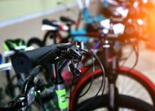Foco selectivo de las bicicletas coloridas del niño que son exhibidas en venta en un supermercado imagen de archivo libre de regalías