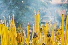 Foco selectivo de muchos palillos del incienso en templo budista Imagen de archivo libre de regalías