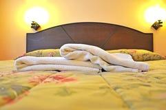 Foco selectivo de toallas en la cama Fotografía de archivo