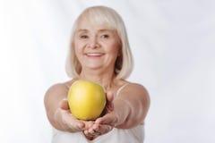 Foco selectivo de una manzana amarilla grande Foto de archivo libre de regalías