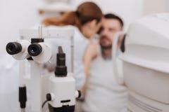 Foco selectivo del equipo oftalmológico que es funcionando Imágenes de archivo libres de regalías