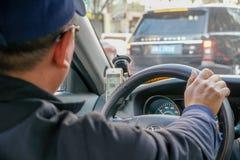 Foco selectivo del hombre chino que conduce un taxi imagenes de archivo
