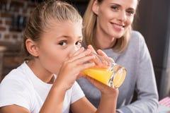 foco selectivo del jugo de consumición y de la mirada de la niña imagenes de archivo
