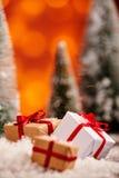 Foco selectivo del oro y de los regalos de la Navidad blanca Foto de archivo libre de regalías