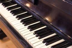 Foco selectivo del teclado del piano y de piano Imágenes de archivo libres de regalías