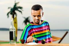Foco selectivo en camarero mexicano hermoso en poncho colorido Fotografía de archivo