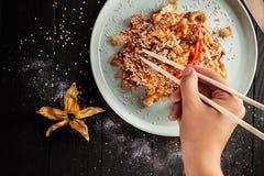Foco selectivo en el arroz chino con el pollo Comida rápida asiática foto de archivo libre de regalías