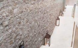 Foco selectivo en la pared de ladrillo/las escaleras abajo con la lámpara y la luz del sol de la linterna en el destino Fotografía de archivo