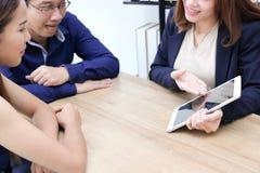 Foco selectivo en las manos de la mujer de negocios asiática joven del consejero de inversión que discute a su cliente imagen de archivo libre de regalías