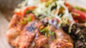 Foco selectivo en pollo asado a la parrilla delicioso