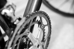 Foco selectivo en sistema de la manivela de la bicicleta fotos de archivo