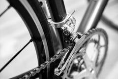 Foco selectivo en sistema de la manivela de la bicicleta foto de archivo libre de regalías