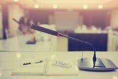 Foco selectivo a los micrófonos inalámbricos de la conferencia fotos de archivo