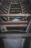 Foco selectivo y cierre encima de la imagen del pequeño barco de pesca viejo encendido Foto de archivo