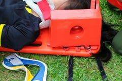 Foco selecto del ensanchador rescate el servicio médico de la emergencia, paciente de la ayuda en una situación del rescate Foto de archivo