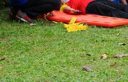 Foco selecto del ensanchador rescate el servicio médico de la emergencia, paciente de la ayuda en una situación del rescate Fotos de archivo