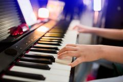 Foco seletivo à mão da criança que joga o piano na fase fotos de stock royalty free