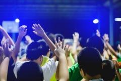 Foco seletivo às mãos asiáticas do menino acima ou às mãos levantadas foto de stock